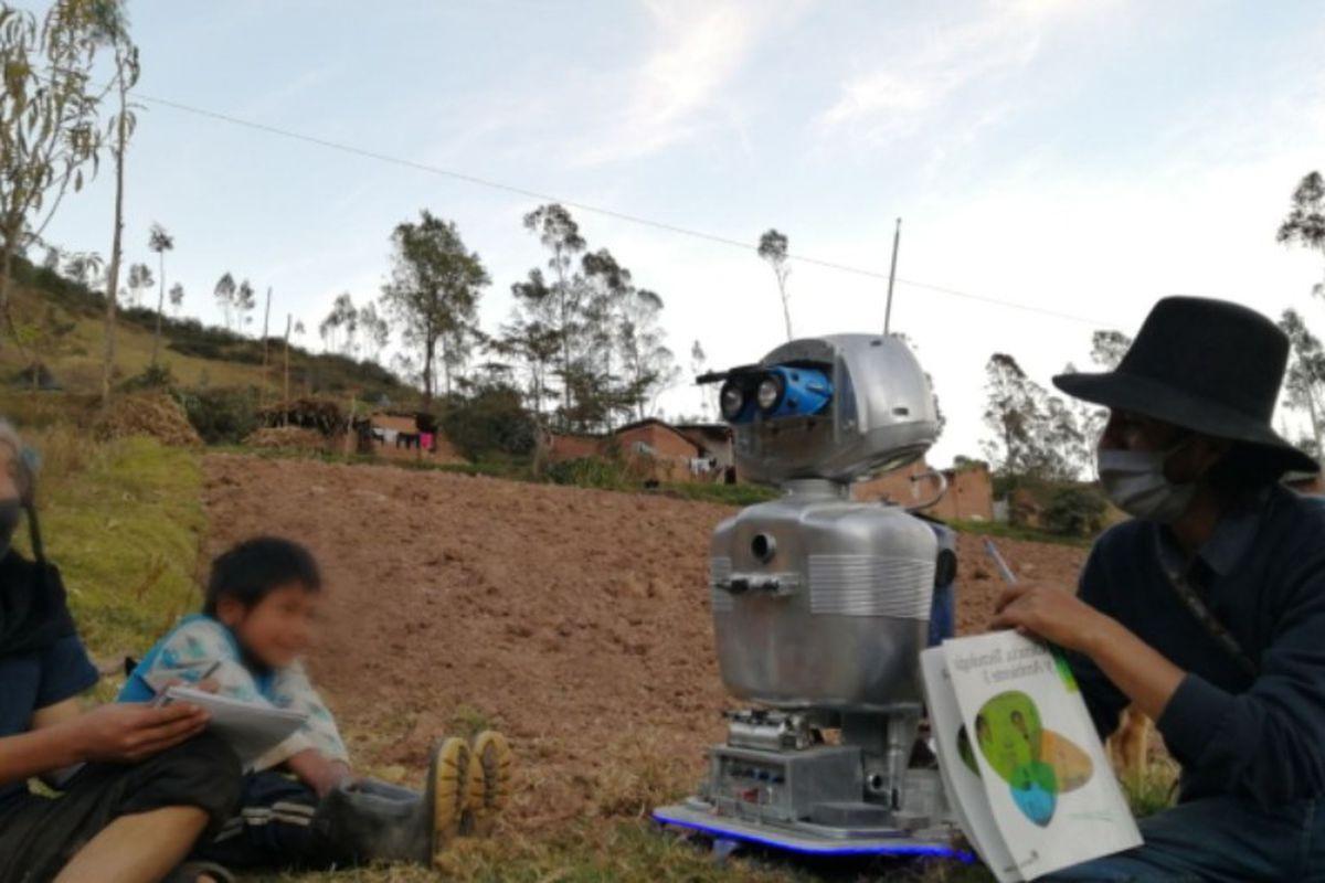 Kipi, el robot que imparte clases en quechua