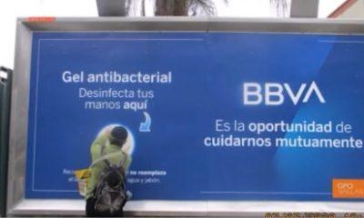 Esta valla dispensa gel antibacterial en la Av. Javier Prado