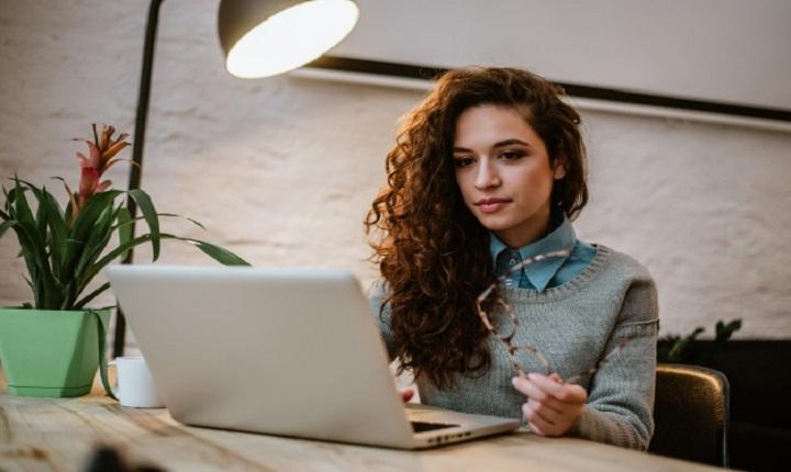 Mujer investiga las ventajas de estudiar online