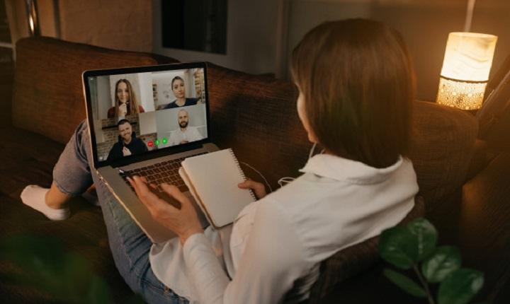 Mujer recibe educación virtual