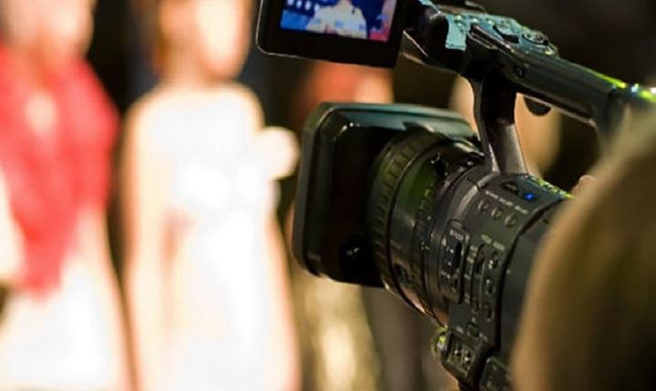 camarográfo intenta crear vídeos publicitarios