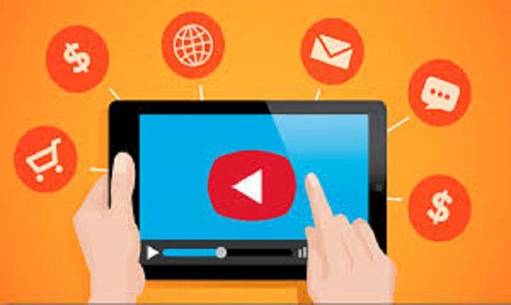Persona reproduce publicidad audiovisual en Youtube