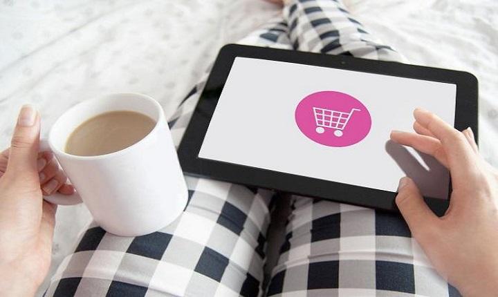 mujer realiza compra online desde la comodidad de su casa