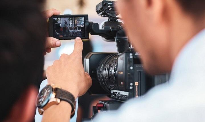 persona práctica manejo de cámara en curso de producción audiovisual