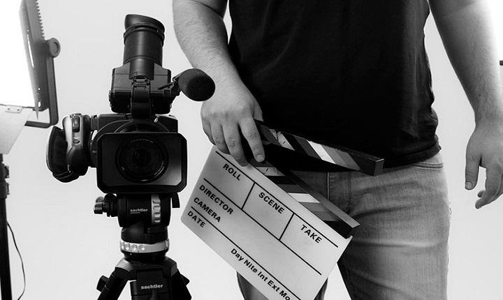 productor audiovisual con regleta en mano
