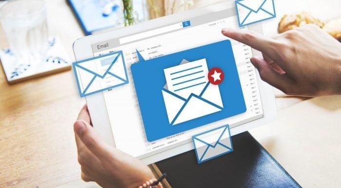 persona disfruta los beneficios de las plataformas de email marketing