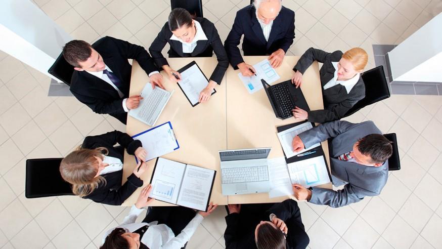 Equipo de profesionales se reúnen para discutir estrategias de trabajo