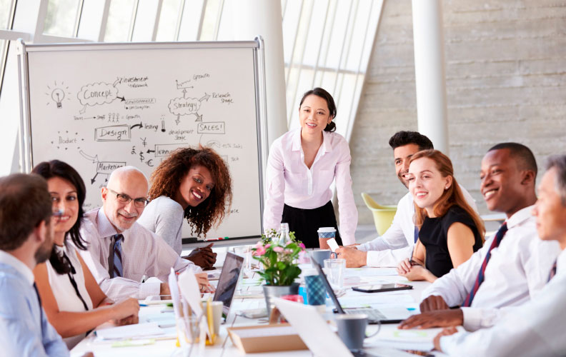 jefa de equipo de trabajo explica qué hace un product manager