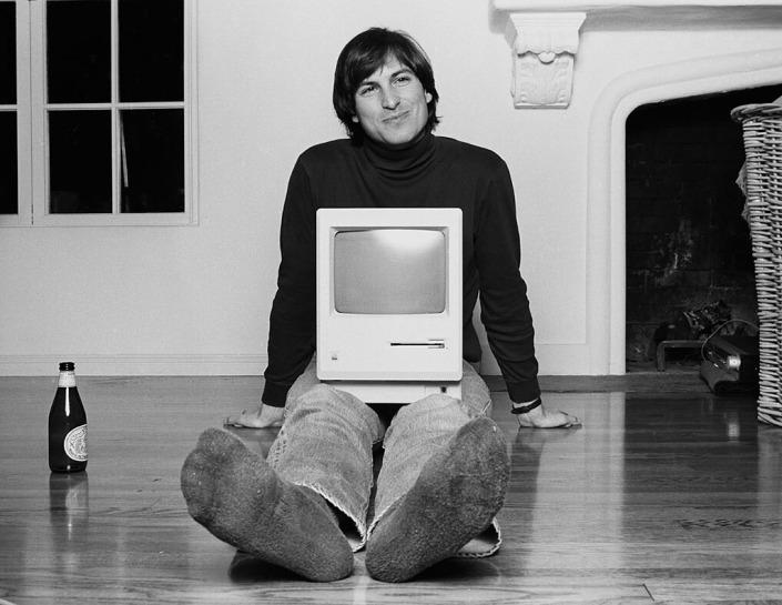 Steve Jobs junto a la primera computadora personal