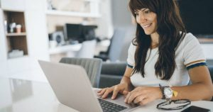Mujer disfruta clases online en el Pacífico Business School