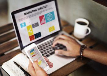 persona busca curso de product management certificado por Crehana y UTEC