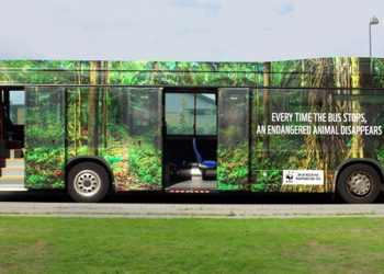 La campaña tiene como soporte los buses que transitan por el país, en los que se muestra cómo los animales desaparecen al abrir sus puertas.