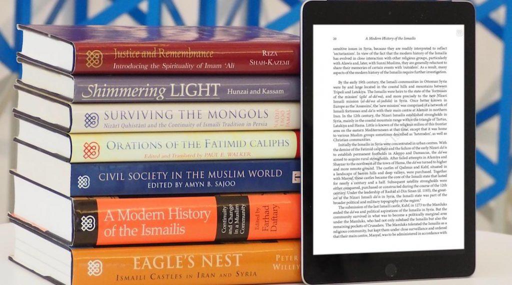 Libro digital junto a libros impresos