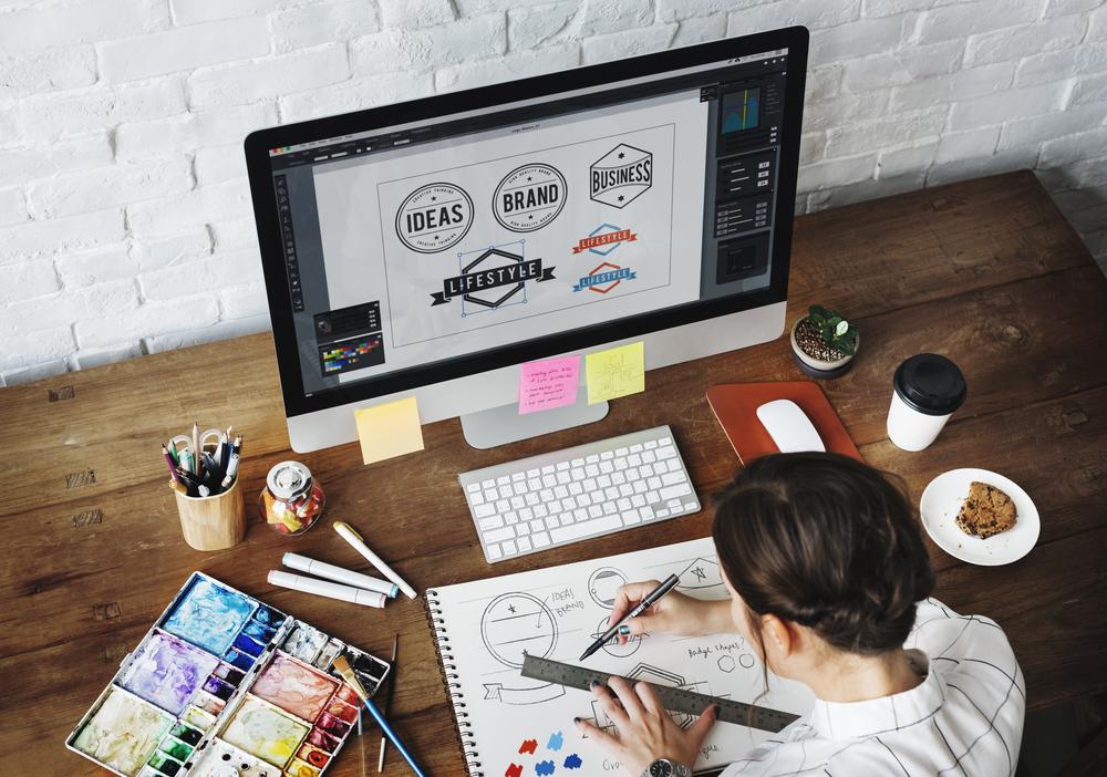 Diseñador comobiando sus herramientas de trabajo en los dos entornos