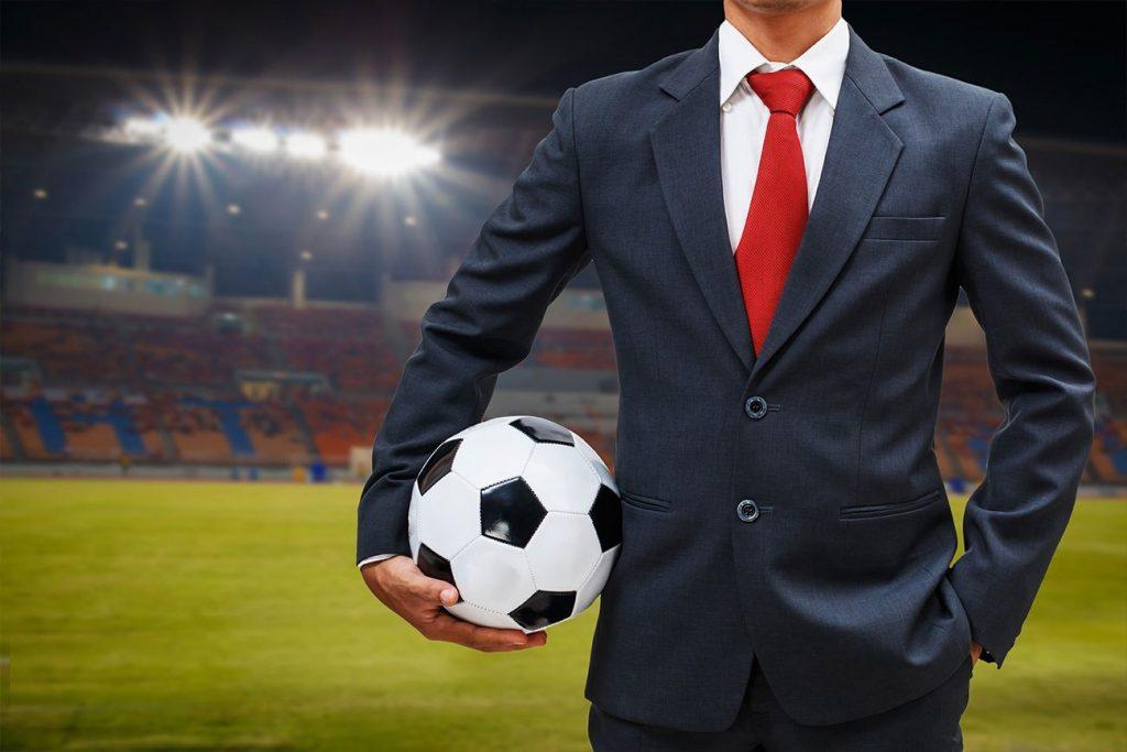 Gestor deportivo en campo de futbol