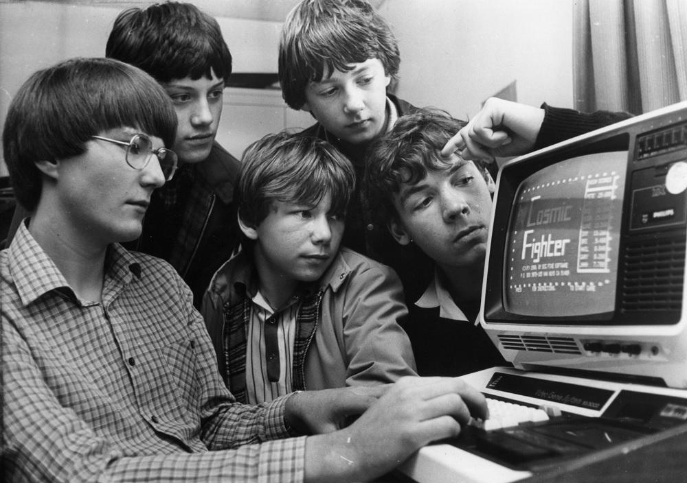 Programadores en la década de los 80 dando vida a los primeros videojuegos