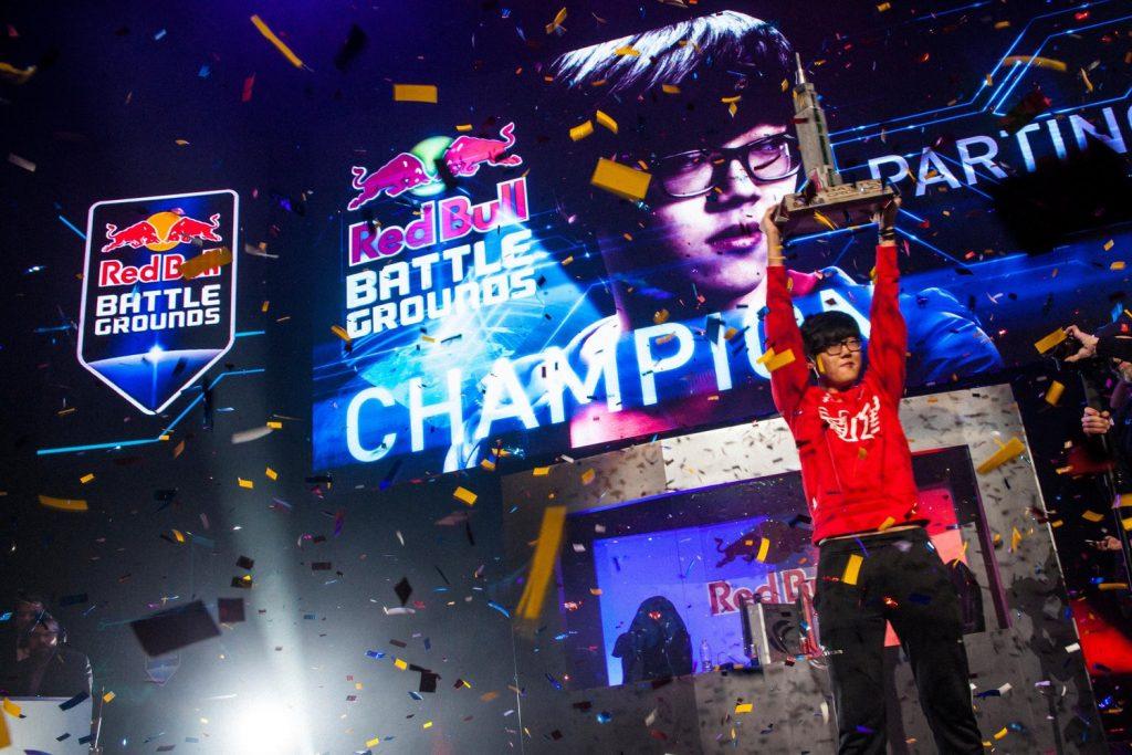 Jugador levanta trofeo en los eSports New York, 2013