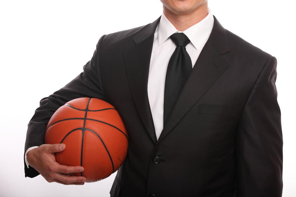 Profesional sostiene un balón de basket