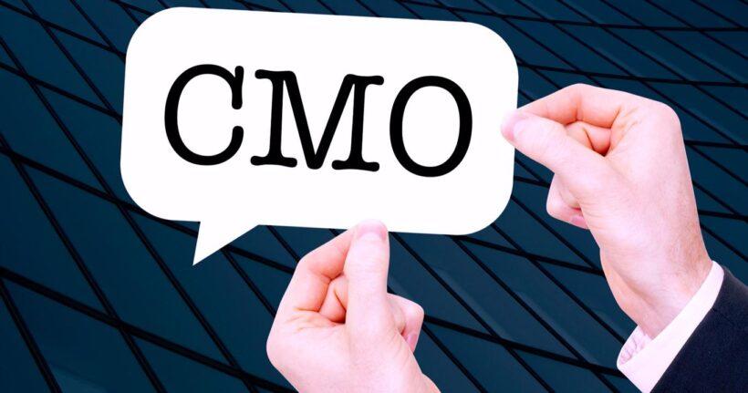 Hombree sostiene letrero con las siglas CMO