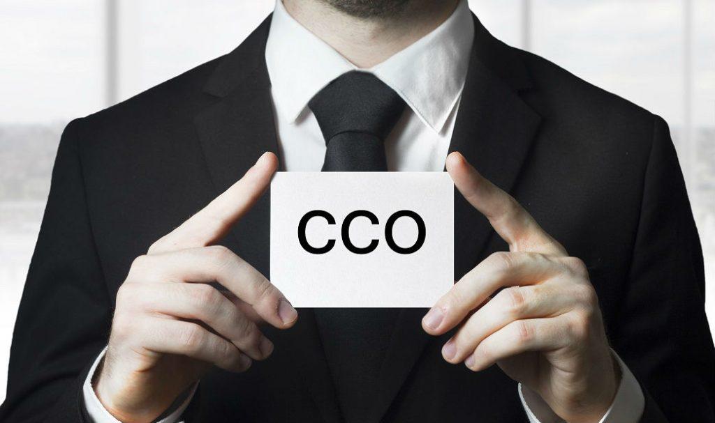 Hombre sostiene un papel con las siglas CCO