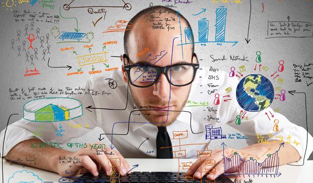 hombre frente a dibujos relacionados con profesionales digitales