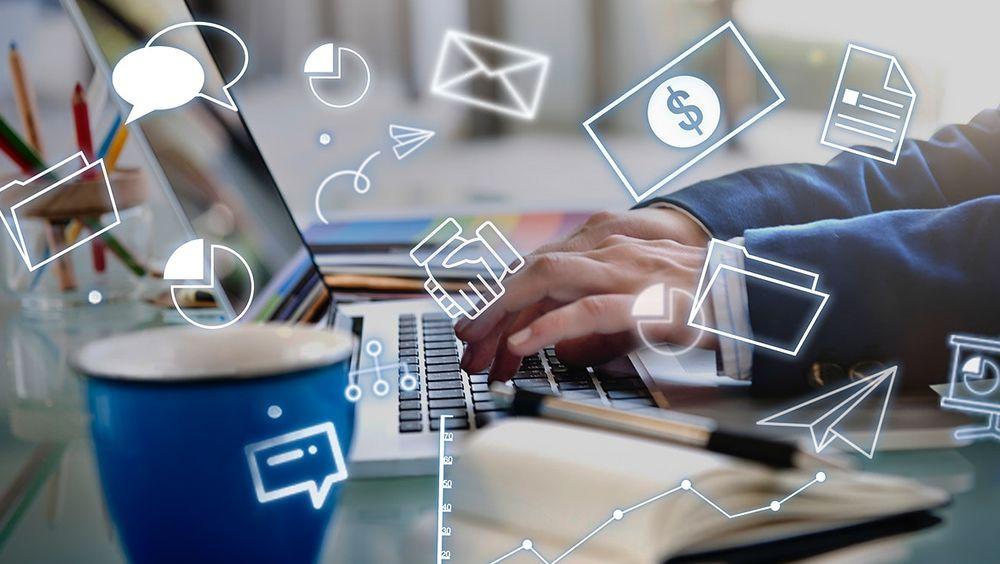 manos y teclado de profesionales digitales