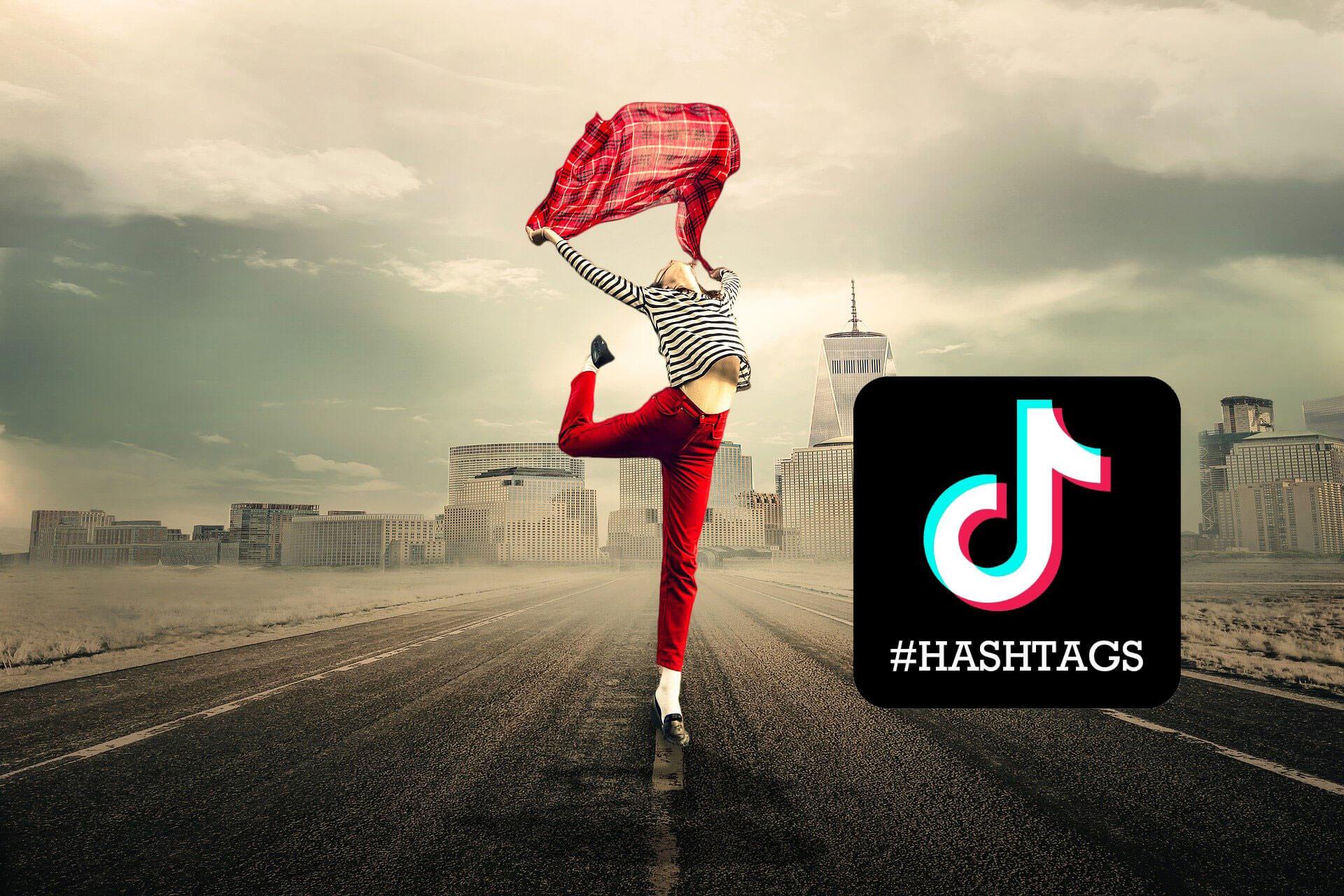 mujer salta con hashatgs de tik tok