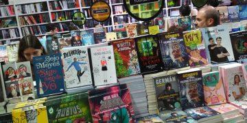 Librería con libros de youtubers.