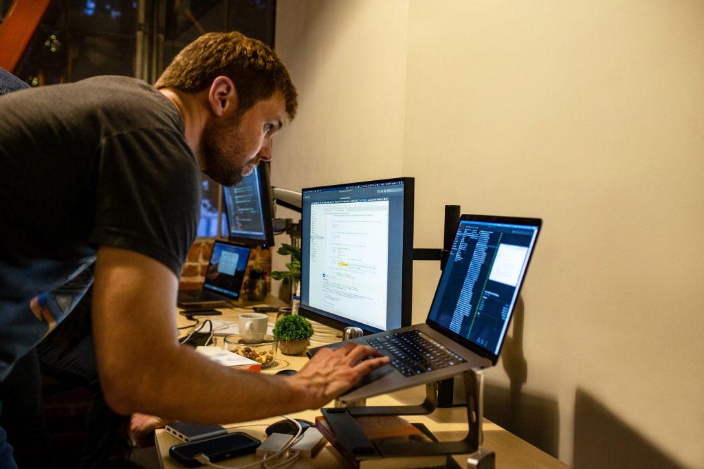 Usuario estudiando online durante la coyuntura