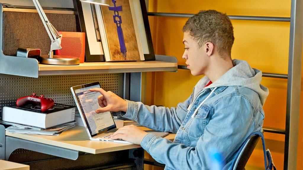 Persona estudiando cursos gratuitos online