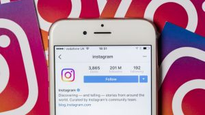 Celular que muestra pantalla de Instagram.