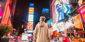 Niño en Times Square.