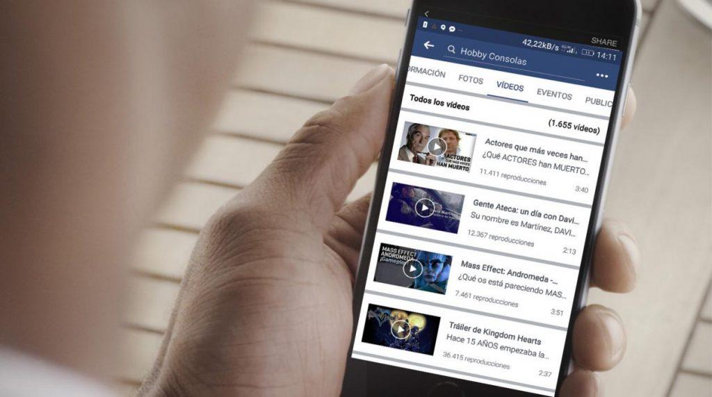 Teléfono celular con app de Facebook abierta.
