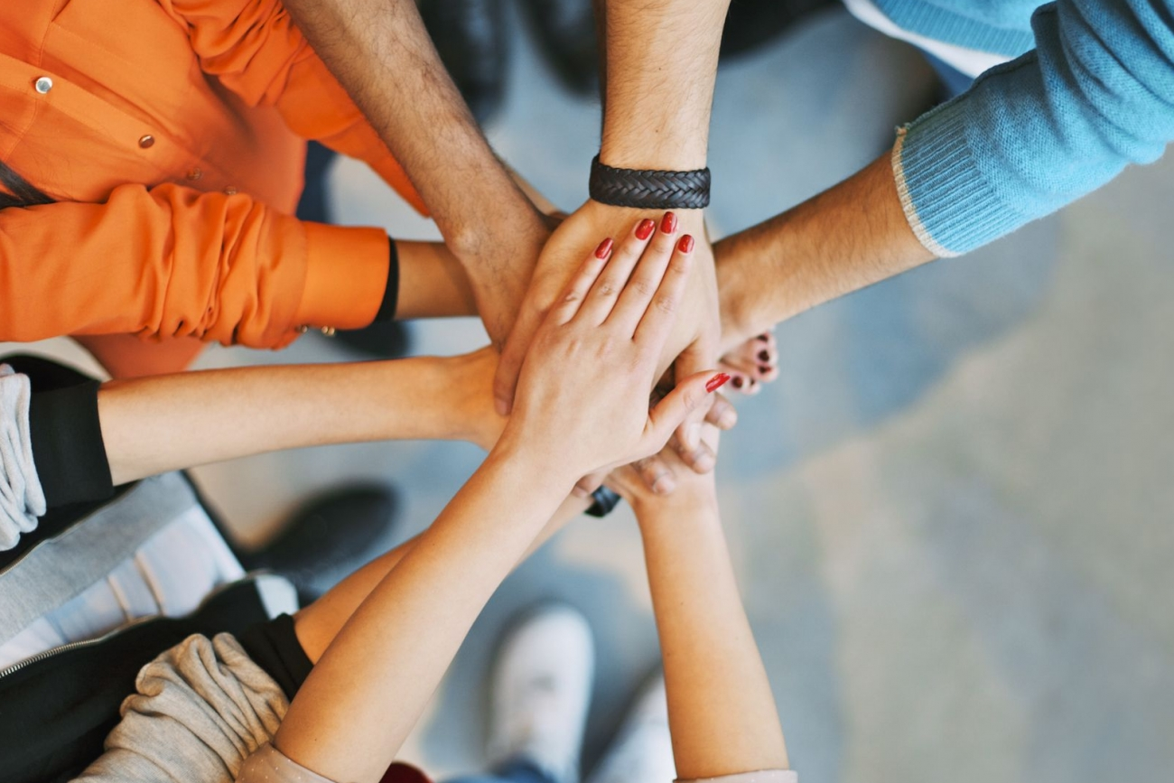 manos de personas para frases inspiradoras de trabajo en equipo