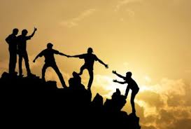 personas suben colina sobre frases inspiradoras de trabajo en equipo