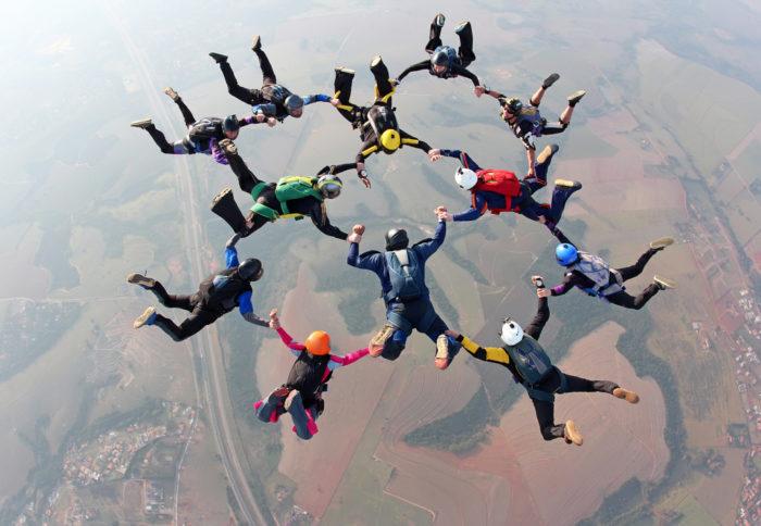 paracaídas en el aire frases inspiradoras de trabajo en equipo