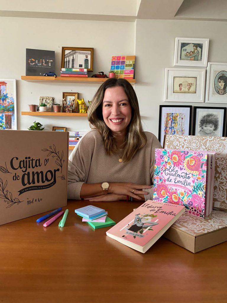mujer con libros sobre tips para emprender