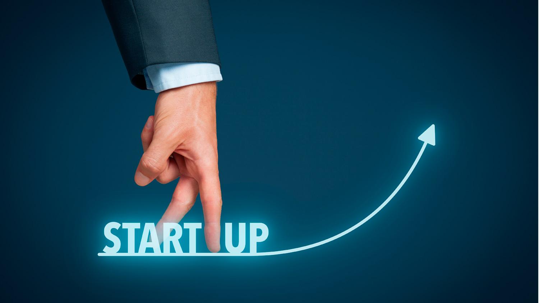 letras y mano sobre startups con mayor financiamiento